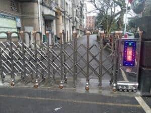 lắp đặt cổng xếp inox chạy điện cho trường học