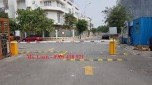 Hình ảnh: barrier kết hợp đầu đọc thẻ xa xe ô tô khu dân cư